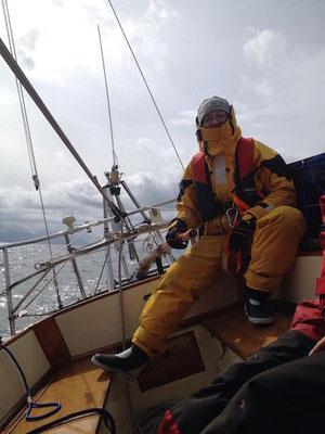 Vanessa am Steuer beim Segeln in Norwegen