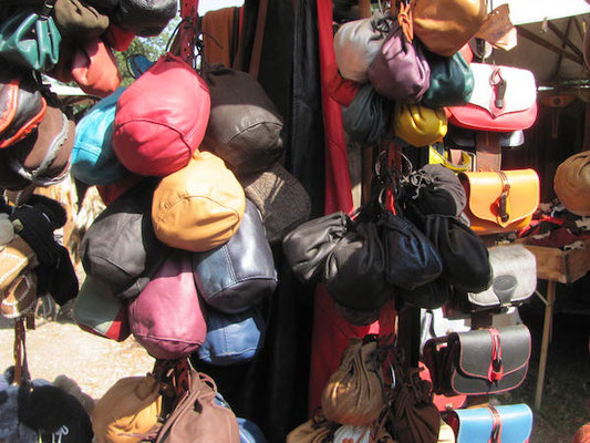 Gegenstände aus Leder auf dem Markt der Medeltidsveckan in Visby auf Gotland