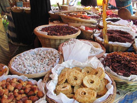 Leckereien auf dem Markt der Medeltidsveckan in Visby auf Gotland