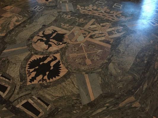 Wappen auf dem Fußboden im Örebro Schloss