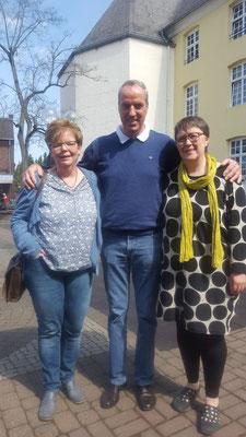 Heike Thissen (links) wird von Vorstandsvorsitzenden Josef Kriegers und Koordinatorin Ida Lamp herzlich willkomnen geheißen