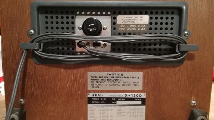 Foto: Alfred Malejka / AKAI X-150D - Rückansicht: Kabel, Lüftungsschlitz und Typenschild