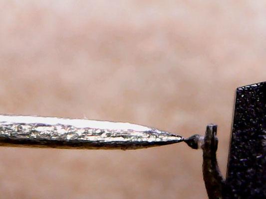 Zur Veranschaulichung: die Spitze einer Stecknadel und die Spitze einer sphärischen Abtastnadel (Ortofon DN 160E)