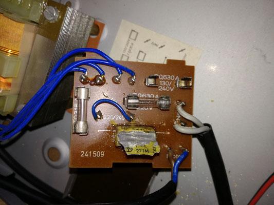 Platine der Stromverteilung mit explodierten Funkentstörkondensator (Elko)