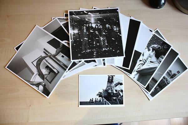 """Lim. Holzkiste """"AnnenMayKantereit - Alles Nix Konkretes"""": 12 Karten (Schwarz-Weiß-Fotos, 18x18cm, Rückseiten beschriftet) und eine Postkarte"""