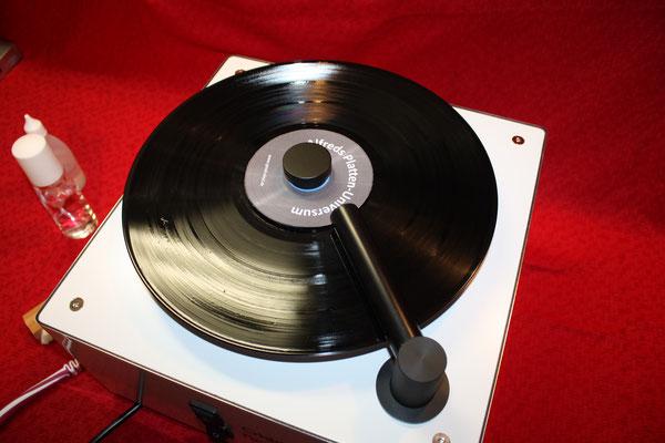Nun wird die Schallplatte eine komplette Umdrehung linksrum und dann rechtsrum abgesaugt