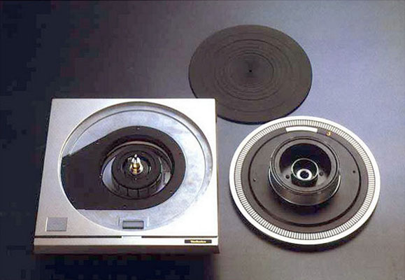 Hersteller: Technics -- Modell: SP-10  (1970er)  Quelle: https://www.vinylengine.com/library/technics/sp10.shtml