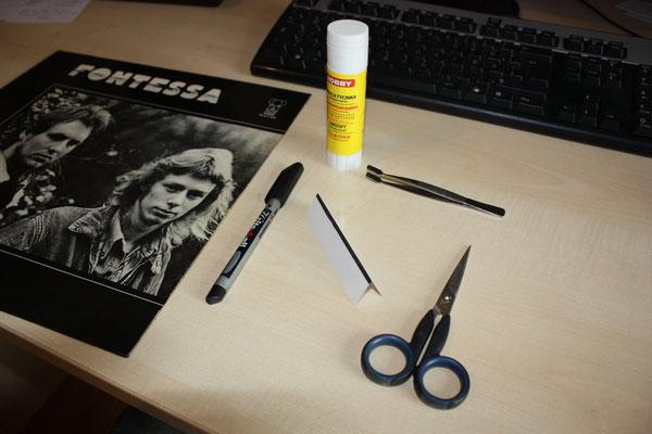 Hier die Werkzeuge einschließlich dem Papierstreifen (Kante schwarz angemalt)