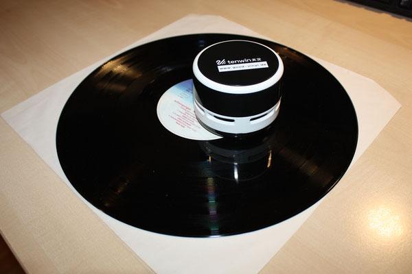 """Mein umgebauter """"Schallplatenstaubsauger V1.0"""" auf einer Schallplatte ..."""