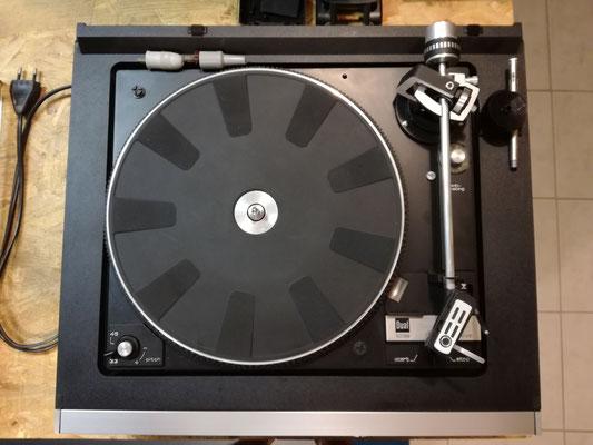 DUAL HS 142 von oben. Schallplattenspieler DUAL CS 1239 mit Riehmenantrieb und Tonarm-Automatik