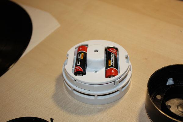 Die Oberseite des Motorblock mit zwei AA-Batterien