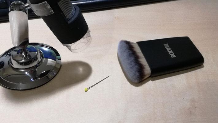 Aufnahmen der Borsten im Vergleich zu einer Stecknadel mit einem USB-Mikroskop ca. 800-fache Vergrößerung