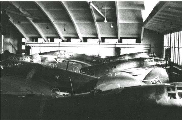"""Flugzeughalle von innen, Quelle: Dr. Ralf Schreibe, """"Ladebow im 20. Jahrhundert Der Nordosten der Hansestadt Greifswald im Spannungsfeld zwischen Landwirtschaft, Industrie und Militär"""""""