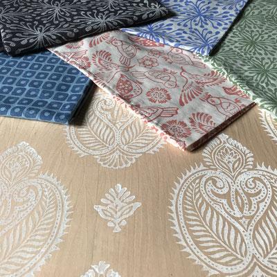 Textildruck Kurs mit indischen Holzstempel Wädenswil Zürich. Drucken mit natürlichen Textilfarben