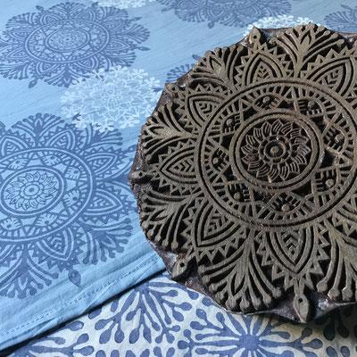 Textildruck mit natürlichen Druck  und Pflanzen-Farben der Firma LIVOS. Wädenswil Schweiz