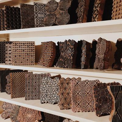Handbedruckte Accessoires nach 800 Jahre alter Druck Technik mit Holz Model bestempelt.