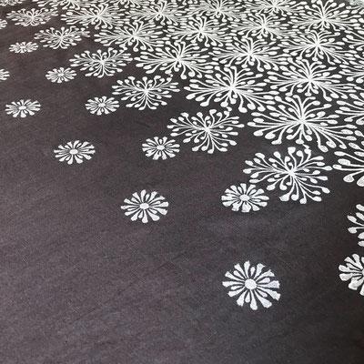Natürlich gefärbte Baumwolle mit Anthrazit Weja Färbeset, bedruckt mir der Naturfarbe Togis Deckweiss