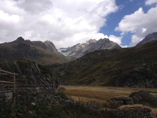 Refuge du Ruitor et au fond le glacier de l'Invernet
