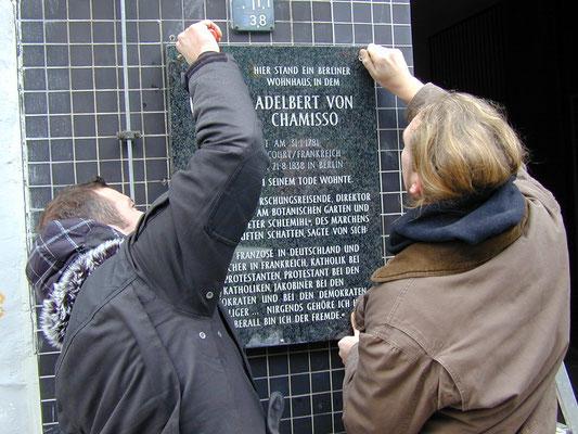 Bei der Einweihung der Gedenktafel für Adelbert von Chamisso in der Friedrichstraße