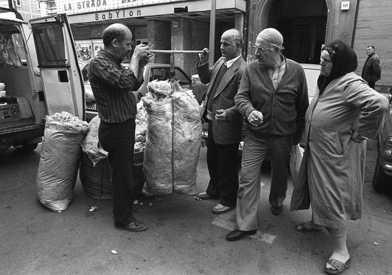 Ann-Christine Jansson: Berlin-Kreuzberg, Schafswolle wird auf der Straße verkauft