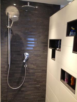 Dusche mit Ablagefächern