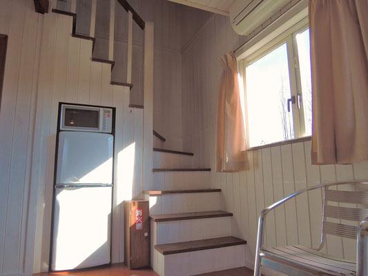 吹き抜けになった二階に上がる階段