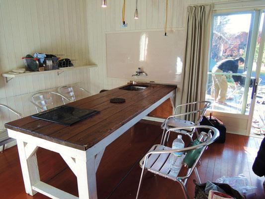 リビングの大きなテーブルは可動式、押すだけでそのままテラスのテーブルに