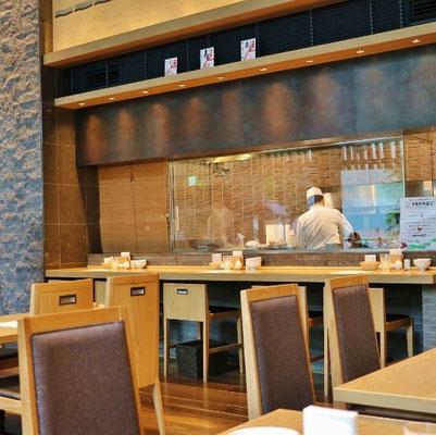 ガラスの向こう側で、板さん達の調理風景が良く見えます