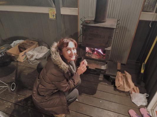 テラスにある薪ストーブ。最初の晩はかなり冷え込みました