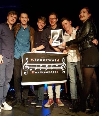 Der Sieger heißt !ndepmen, die Urkunde wurde soeben von Andreas Paul Strasser (links) übergeben