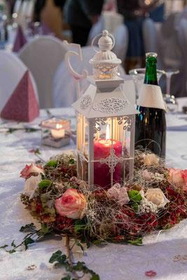Diese tollen Tischgestecke haben Braut und Bräutigam mit Hilfe der Mütter selbst gezaubert!