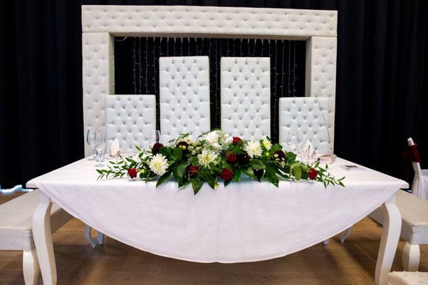 Der Platz des Brautpaares war extravagant und ganz besonders.