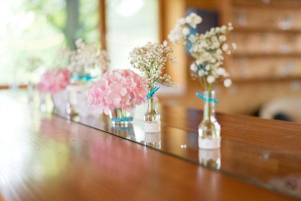Der gesamte Hof und die dazugehörige Scheune würden über und über mit feinen Blumenarrangements dekoriert