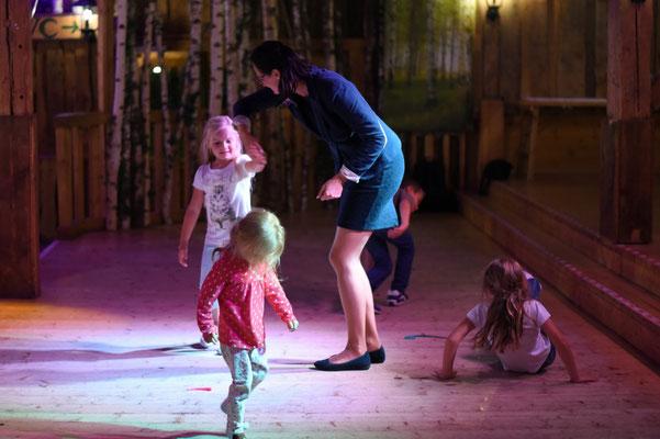 Während das Brautpaar gestohlen wurde und mit den Gästen feierte, tanzte ich mit den Kids eine Runde...
