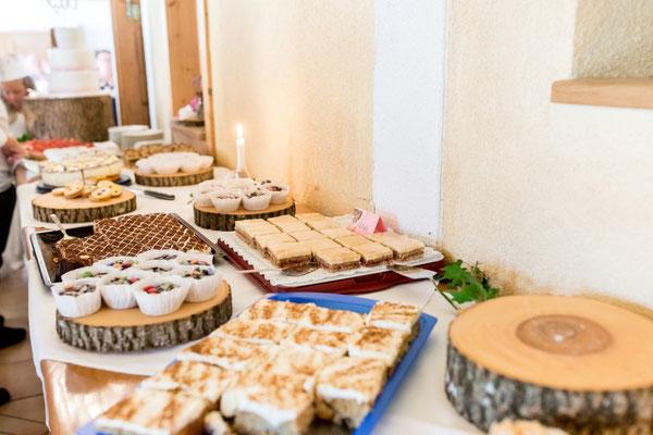 Die Gäste verwöhnten sich selbst - mit einem tollen Kuchenbuffet!!