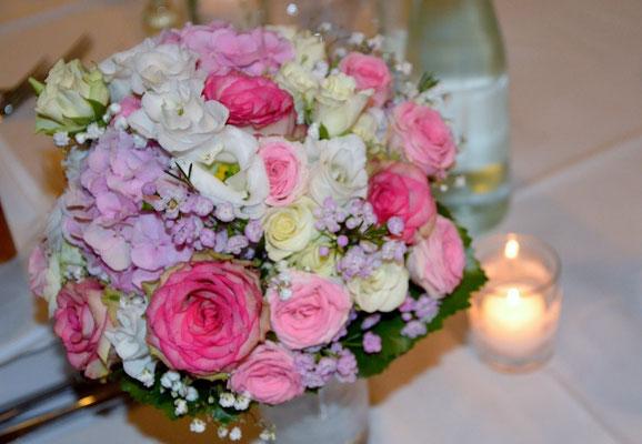 Dekoration war in zarten lila und rosa Tönen gehalten