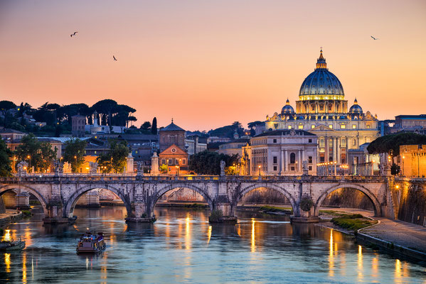 Night view of the Basilica St Peter in Rome, Italy © Mapics / Fotolia