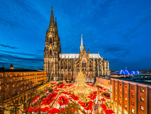 Christmas market in front of the Cathedral of Cologne, Germany - By Mapics
