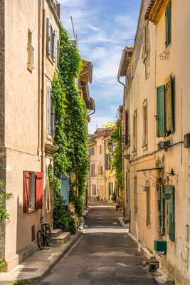 Narrow street in the city of Arles - Copyright Gordon Bell