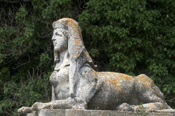 Sovizzo, Villa Curti ancient statue with natural green background Copyright Claudio Giovanni Colombo