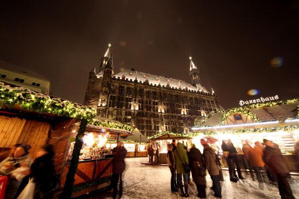Weihnachtsmarkt Marktplatz Rathaus (c) A. Steindl ats
