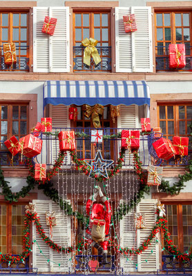 Facade of a house in Colmar during the season of Advent - By kavalenkau
