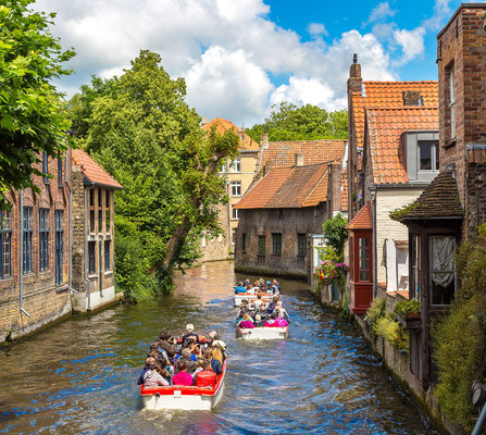 Bruges - European Best Destinations - Tourist boat in Bruges - Copyright S-F
