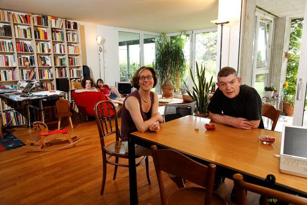 Wolf Ludwig und Andrea Iseli mit Anna und Lena, Journalist und Historikerin, Neuchâtel, seit 1998. | Wolf Ludwig újságíró és Andrea Iseli történész Annával és Lenával, Neuchâtel, 1998-óta.