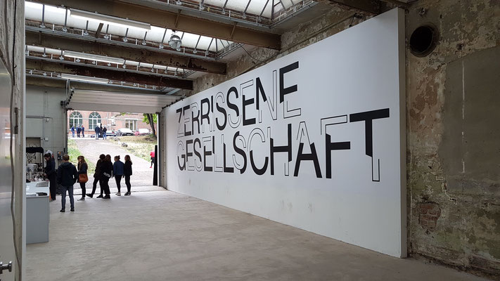 Installation beim 8. Festival für Fotografie /stop Leipzig, Spinnerei, 2018. Foto: Rózsa