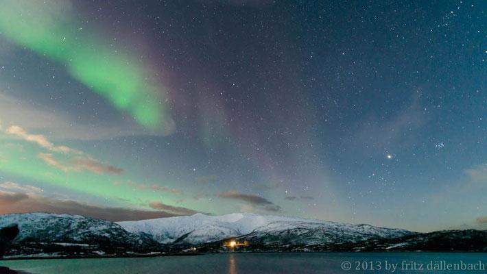 Am Fjord mit roten Farben