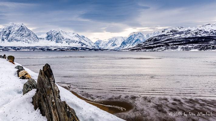 Blick über die Meerenge auf die Berge