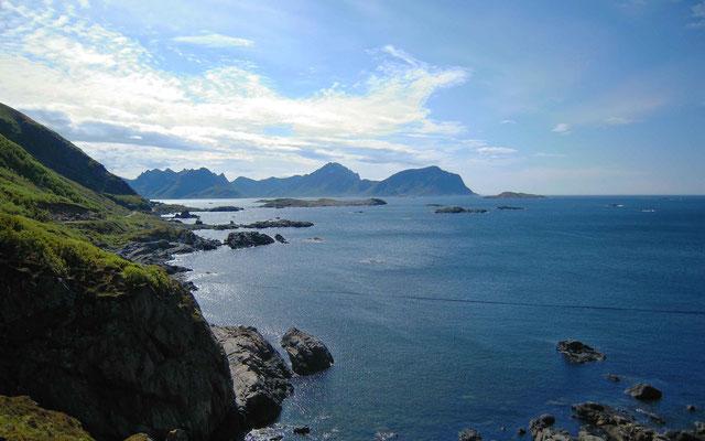 entlang einer steilen Küste