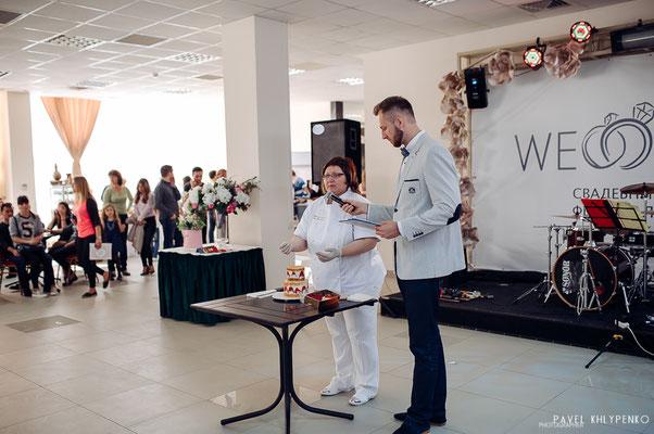Свадебный фестиваль 2016. Мы с ведущим, Александром Гужва показываем как собирается и нарезается свадебный тортик