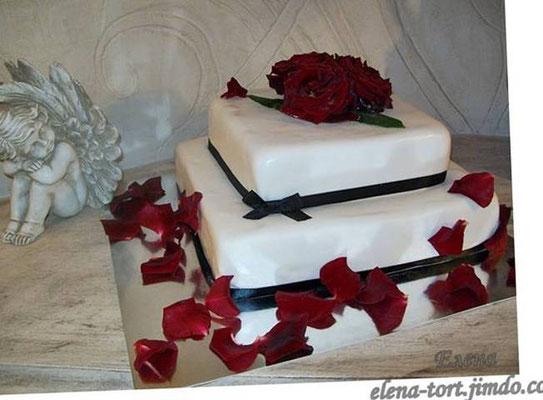 "Двухярусный торт с ""живыми"" розами, вес 4 кг. Внутри семифреддо с персиками"